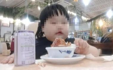 3岁女童被爸妈喂到70斤当吃播赚钱!专家怒斥,小心胃癌!